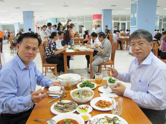 Phó Chủ tịch UBND TP Đà Nẵng Nguyễn Ngọc Tuấn (phải) cùng Phó chánh văn phòng Nguyễn Hoài Nam, dùng bữa trưa hải sản