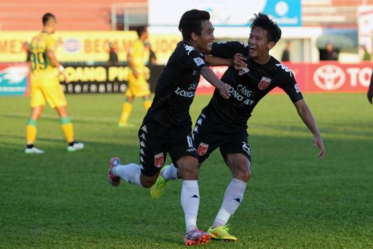 Phút 35 của trận đấu Tài Lộc tận dụng tình huống lộn xộn trong khu vực 16m50, tung cú sút chéo góc mở tỷ số cho đội chủ nhà.
