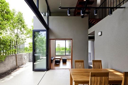 Phòng khách và bàn ăn ở tầng 1.