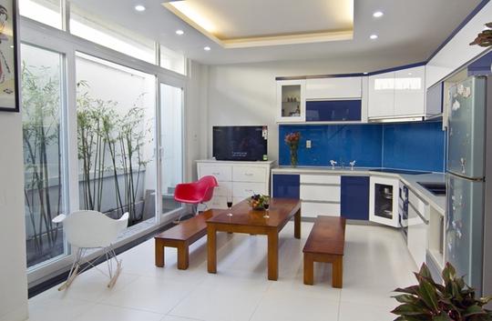 Tất cả không gian sống đều có các ô cửa sổ thông thoáng và tiếp cận với cây xanh giúp ngôi nhà thoáng đãng, rộng rãi hơn rất nhiều so với diện tích thực.