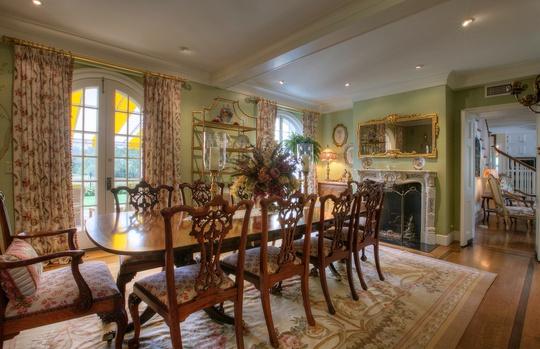 Bộ bàn ăn thanh mảnh hòa hợp với sắc xanh pastel và gỗ sáng màu.