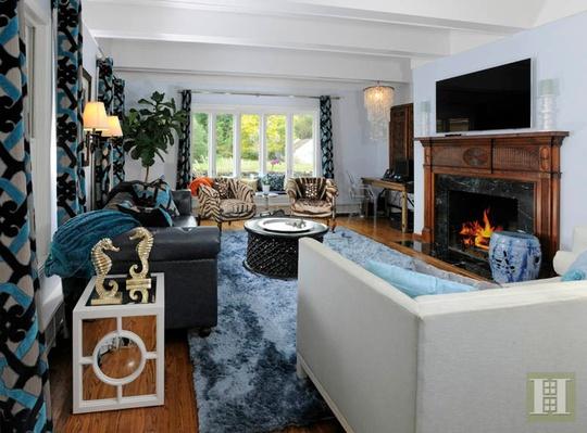Phòng khách được trang hoàng theo xu hướng mới, hiện đại. Tổng thể căn hộ mang sắc xanh thống nhất.