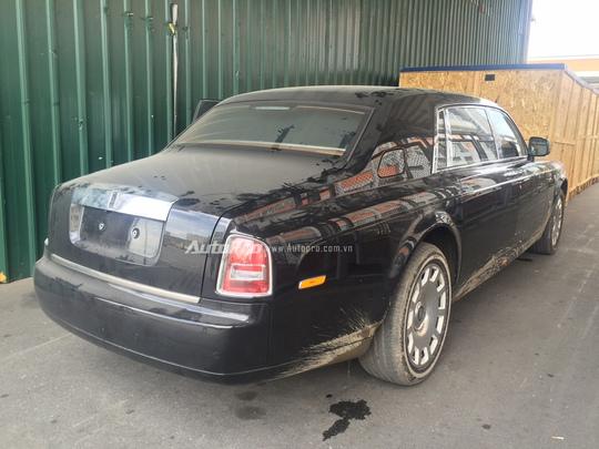 Sau một thời gian dài vận chuyển và chờ đợi tại cảng, chiếc xe Rolls-Royce Phantom EWB này đã bị bụi bẩn bao phủ.