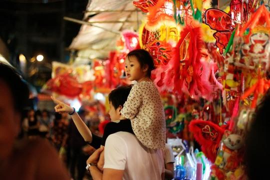 Trẻ nhỏ háo hức ngắm nhìn, khao khát khám phá những chiếc lồng đèn xinh xắn treo cao.
