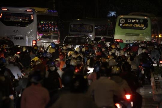 Chiều tối 4-9, hàng ngàn người về quê tại các tỉnh miền Tây kết thúc kỳ nghỉ lễ đã đổ dồn về thành phố theo Quốc lộ 1, khiến khu vực ngoại thành kẹt cứng, các xe nối đuôi nhau nhích từng chút một.
