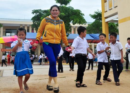 Phụ huynh đưa học sinh đến trường dự lễ khai giảng ở Trường Tiểu học số 1 Bình Châu