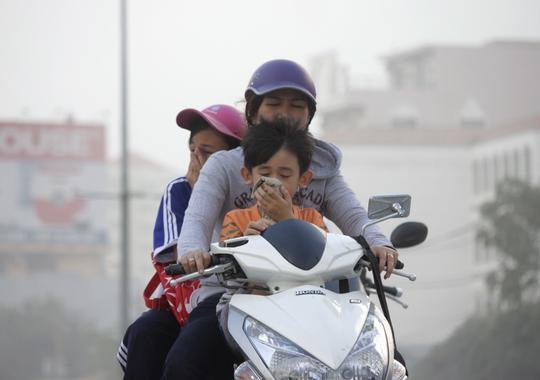 Vào các khung giờ cao điểm đi lại, tuyến đường Kinh Dương Vương gần như chìm hẳn trong bụi mù