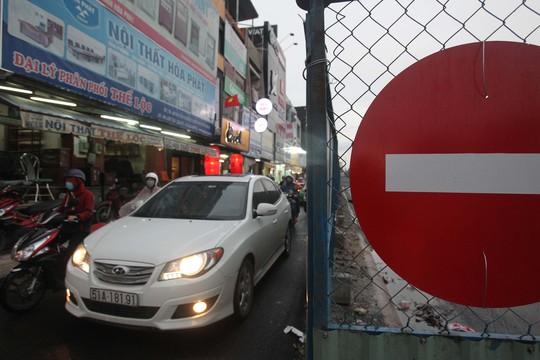 Xe máy, ôtô chen chúc trên đường Nguyễn Oanh