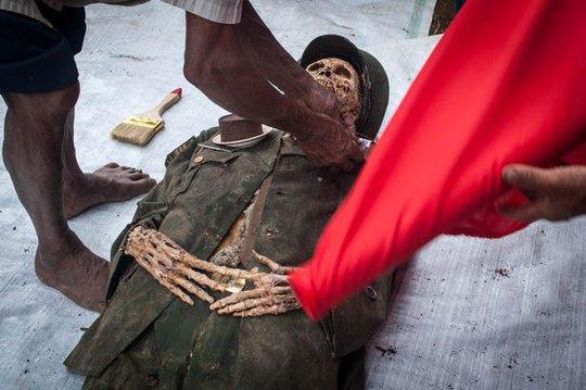 Người Taraja đào mộ người thân, tắm gội và thay quần áo mới cho xác chết. Ảnh: Barcroft Media
