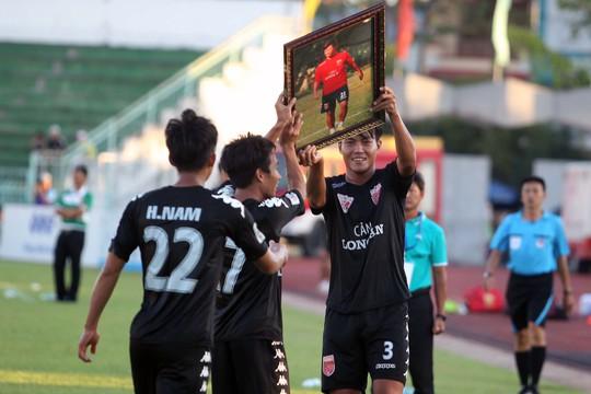 Sau khi ghi bàn, cầu thủ Tài Lộc cùng đồng đội đã không quên mang di ảnh của người đồng đội xấu số Trần Phước Thọ, người đã mất vì tai nạn giao thông cách đây không lâu.
