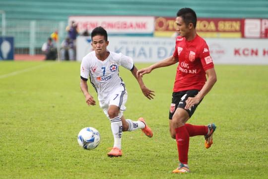 Gặp lại đội bóng cũ, Thanh Hải (7) không còn chơi bóng rườm rà, thay vào đó là những đường chuyền hết sức chính xác cho đồng đội lập công