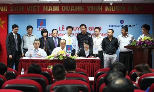 Ông Vũ Đức Thuận, nguyên Tổng Giám đốc Tổng Công ty CP Xây lắp Dầu khí Việt Nam (ngồi thứ 2 từ trái qua) và ông Trịnh Xuân Thanh (x) Ảnh: PVC
