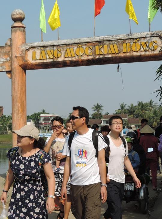 Du khách sang tham dự lễ giỗ tổ nghề mộc Kim Bồng