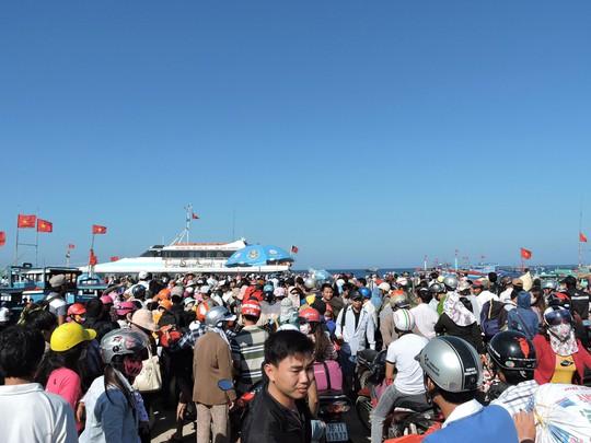 Du khách trên đảo Lý Sơn chen lấn mua vé tàu vào đất liền trong ngày 18-2 Ảnh: VĂN MỊNH