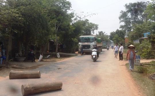 Người dân ở huyện Nghĩa Hành, tỉnh Quảng Ngãi chặn xe chở đất, đá quá tải đi qua khu dân cư Ảnh: TỬ TRỰC
