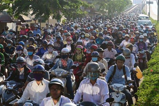 Do lượng người đổ về quá đông, đường Phạm Văn Đồng (TP HCM) đã ùn tắc vào chiều 4-9 Ảnh: HOÀNG TRIỀU