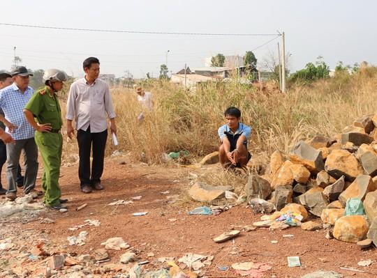 Bùi Văn Hậu bị đưa tới hiện trường để dựng lại hành vi sát hại anh Nguyễn Văn Nam