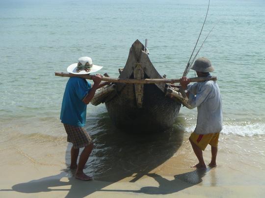 Ngư dân Thừa Thiên - Huế đang đợi chờ đền bù thiệt hại để khắc phục khó khăn Ảnh: QUANG NHẬT