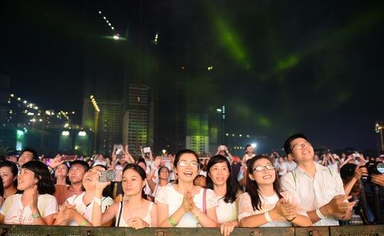Khán giả háo hức theo dõi màn trình diễn pháp hoa.