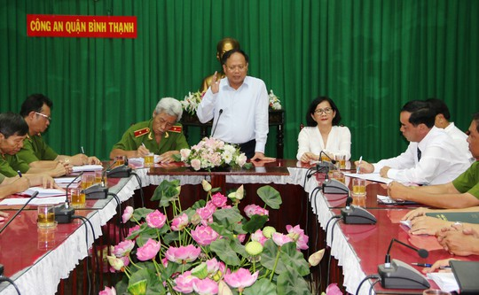 Phó Bí thư thường trực Thành ủy TP HCM Tất Thành Cang thay mặt lãnh đạo TP khen thưởng đột xuất cho lực lượng Công an quận Bình Thạnh