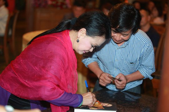 Khánh Ly ký tặng người hâm mộ trong buổi trà đàm tối 23-8 tại Hà Nội