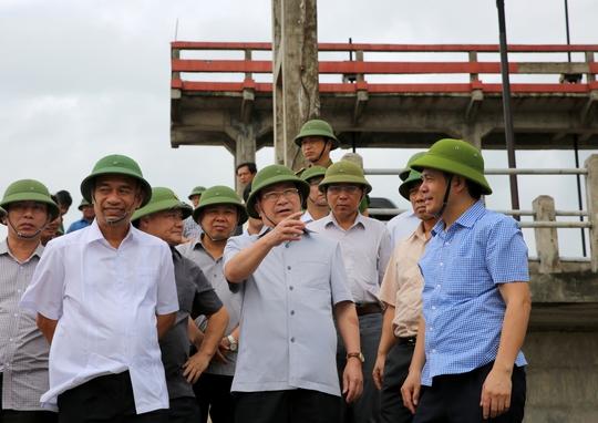 Phó Thủ tướng đi kiểm tra lụt bão tại Thái Bình - Ảnh: Xuân Tuyến