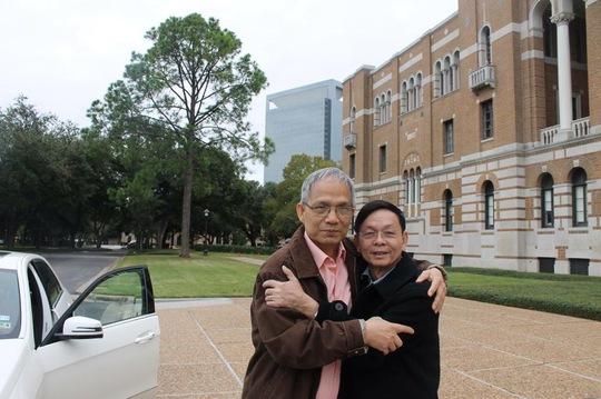 Tác giả (bìa phải) và nhà thơ Nguyễn Hàn Chung trên đất Mỹ Ảnh: Hạnh Nguyễn