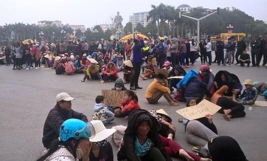 Người dân còn ngồi, nằm la liệt dưới lòng đường khu vực trước cổng UBND tỉnh Thanh Hóa