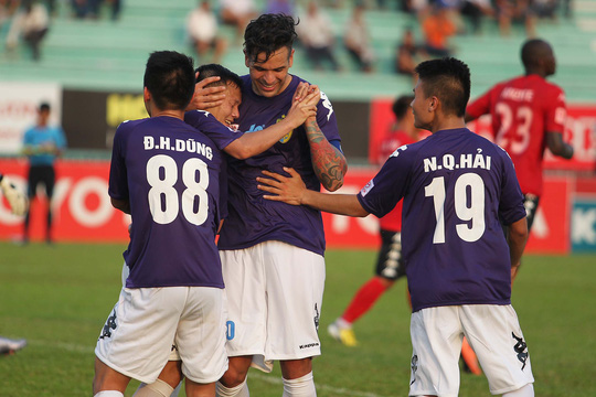 Gonzalo ăn mừng bàn thắng nâng tỷ số 0-3