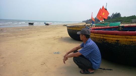 Người dân Quảng Bình không thể ra khơi vì biển nhiễm độc (ảnh Hoàng Phúc)