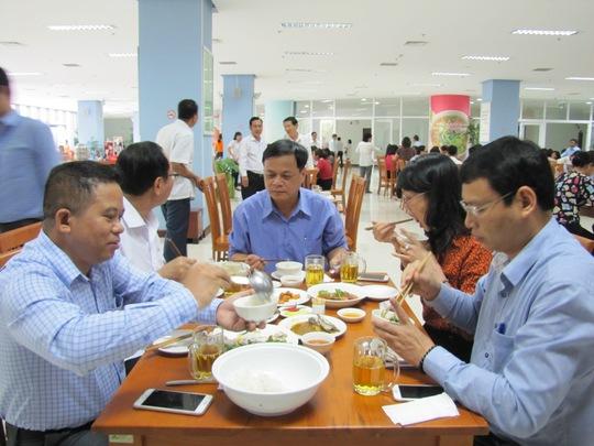 Phó Chủ tịch UBND TP Đà Nẵng Hồ Kỳ Minh (phải) dùng cơm trưa hải sản