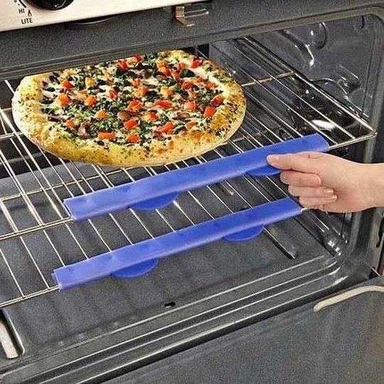 Miếng nhựa chống nóng cho vỉ sắt trong lò nướng. Lò nướng cả mấy trăm độ, nhưng với miếng nhựa này thì khỏi sợ bị bỏng tay.