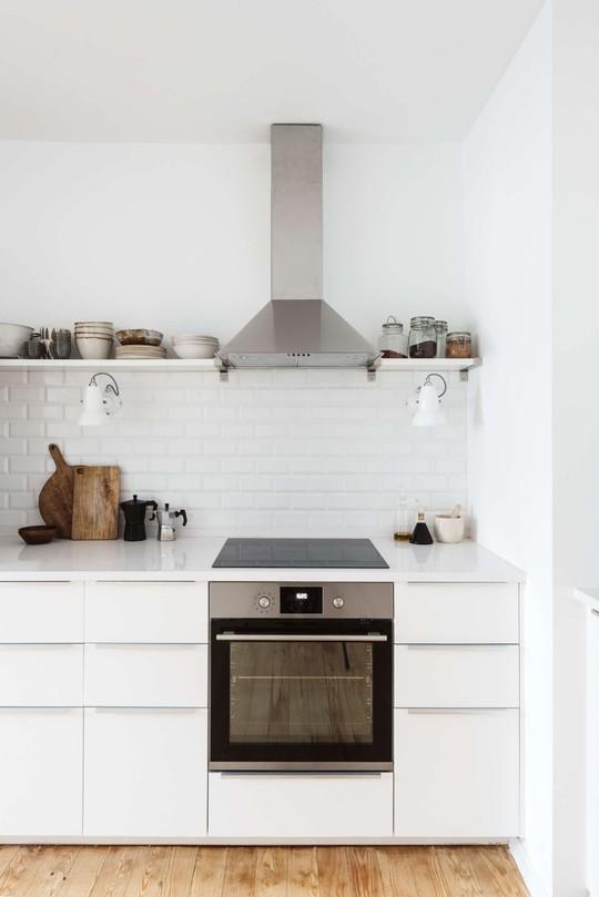 Kệ mở được lựa chọn phía trên bếp nấu cho không gian thông thoáng.