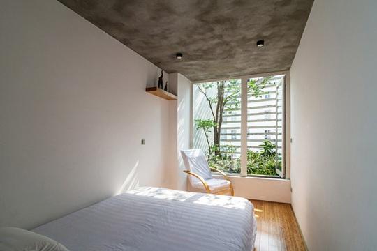 Phòng ngủ tiếp xúc với mặt thoáng và cây xanh.