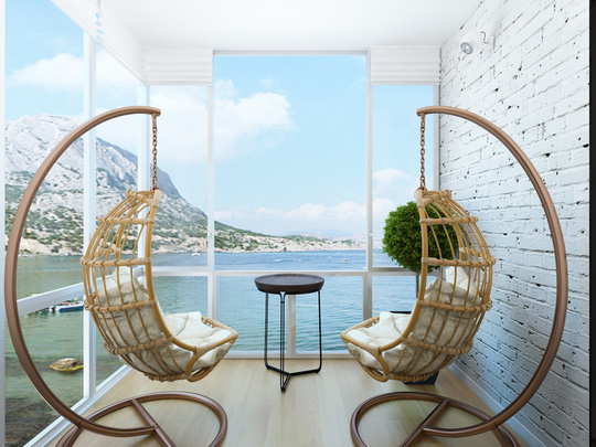 Chiếc ghế với thiết kế độc đáo giúp tận hưởng khung cảnh biển khơi bên ngoài căn hộ tuyệt vời hơn.