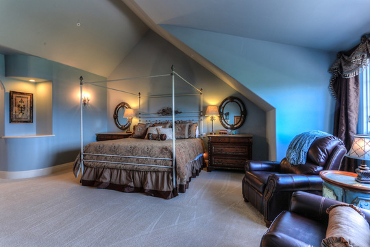 Phòng ngủ mang tính cổ điển khi kết hợp xanh dương nhẹ cùng nâu trầm.