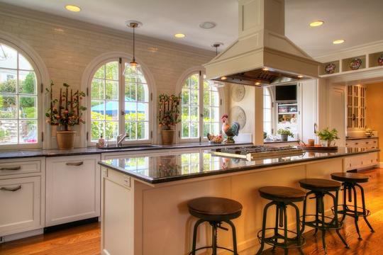 Căn bếp rộng rãi, hiện đại tiếp giáp với khu vườn ngay trước mặt tiền.