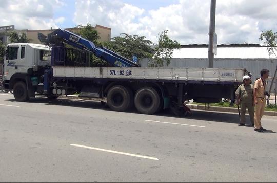 Hiện trường vụ tai nạn người đàn ông đâm xe máy vào gầm xe tải.
