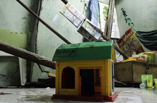 Những hộ gia đình nơi đây mong muốn có một ngôi nhà tốt hơn để có thể an cư lạc nghiệp. Tuy nhiên, điều này hết sức khó khăn vì mức giá để mua nhà mới là rất cao. Trong ảnh: Một món đồ chơi được để lại trong một căn nhà bỏ hoang sắp sập.