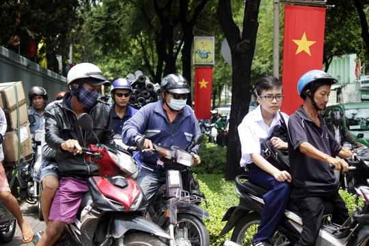 Đường Bà Huyện Thanh Quan cũng kẹt cứng, nhiều người chen nhau lên vỉa hè để đi khiến cả vỉa hè lẫn lòng đường đều ùn tắc.