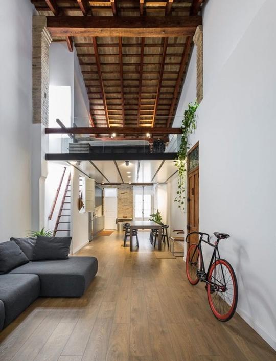 Phía trong phòng khách được bố trí bếp nấu và bàn ăn, khu vực ăn uống rộng rãi với bộ bàn ghế ăn sử dụng chất liệu gỗ, đủ để không gian trở nên đẹp ấn tượng hơn.