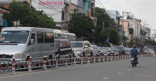 Dòng xe đậu nối dài hàng km trên đường Phan Văn Trị (quận Gò Vấp)
