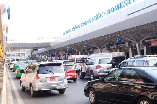 Ùn ứ trước nhà ga quốc nội ở sân bay Tân Sơn Nhất (quận Tân Bình, TP HCM) do nhiều xe dàn thành hàng hai, hàng ba để đón trả khách