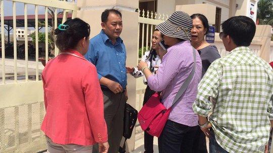 Nhiều người bao vây ông Trương Thanh Vĩnh Phúc (chồng bà Nguyễn Thị Ngọc Trinh, thứ 2 từ trái sang) để đòi nợ