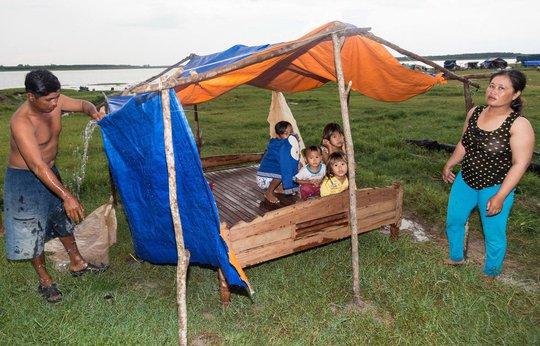 """Vợ chồng ông Đặng Văn Ngọc sửa lại """"căn nhà"""" của mình sau cơn mưa như trút nước"""