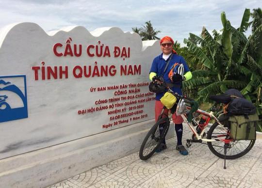 Nhà văn Phạm Ngọc Tiến đi xe đạp xuyên Việt đến miền Trung