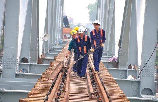 Hối hả thi công các công đoạn cuối cùng của cầu Ghềnh để đón tàu