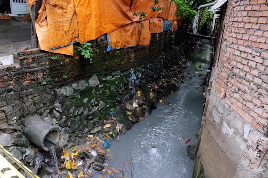 Con kênh A41 bị lấn chiếm, bồi đắp khiến việc thoát nước ở sân bay Tân Sơn Nhất gặp khó khăn Ảnh: QUỐC CHIẾN
