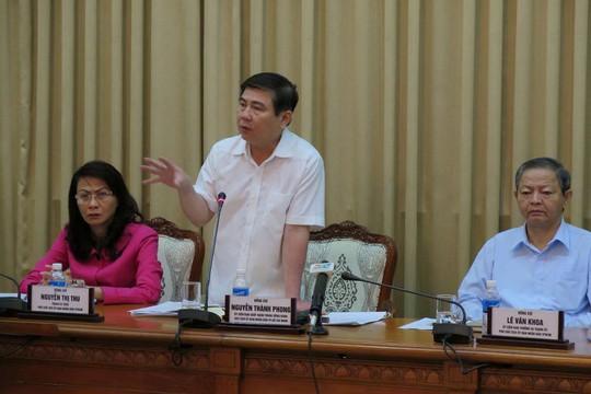 Ông Nguyễn Thành Phong (đứng), Chủ tịch UBND TP HCM, chỉ đạo tại cuộc họp ngày 28-4 Ảnh: PHAN ANH