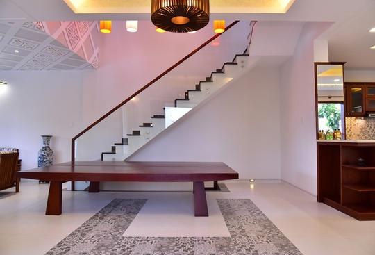 Bộ phản gỗ quen thuộc trong các nhà vườn để làm chỗ ngồi trò chuyện, ngủ trưa, cũng được bố trí vào không gian hiện đại.